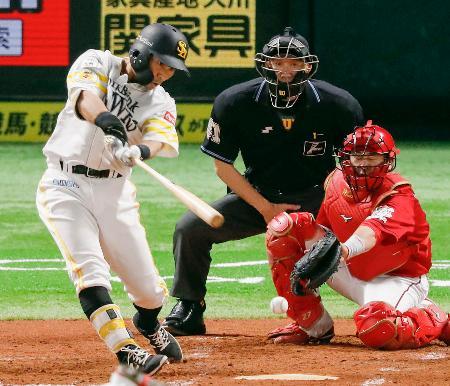 3回、ソフトバンク・中村晃が中前に適時打を放つ。捕手会沢=ペイペイドーム