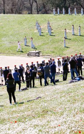 ギリシャのオリンピア遺跡で行われた東京五輪の聖火採火式。新型コロナウイルスの影響で無観客での開催となった=12日(共同)