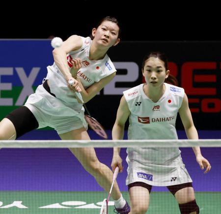 女子ダブルス準々決勝 中国ペアと対戦する高橋礼(左)、松友組=バーミンガム(共同)