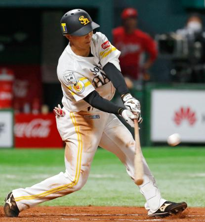 7回、ソフトバンク・佐藤が右越えに適時二塁打を放つ=ペイペイドーム