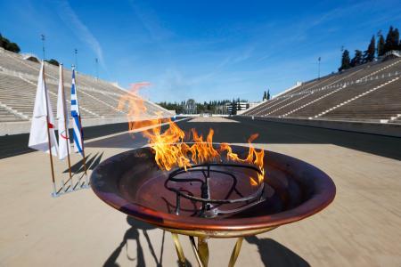 新型コロナウイルスの影響でギリシャ国内のリレーが打ち切りとなり、アテネのパナシナイコ競技場で聖火台にともされた東京五輪の聖火=14日(共同)