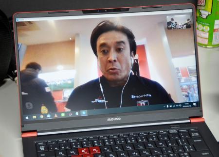 ビデオ通話で取材に応じるJ1浦和の大槻監督=14日、さいたま市