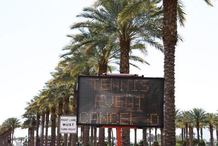 11日に開幕予定だったBNPパリバ・オープン会場の近くで大会中止を表示する電光掲示板=9日、インディアンウェルズ(ゲッティ=共同)