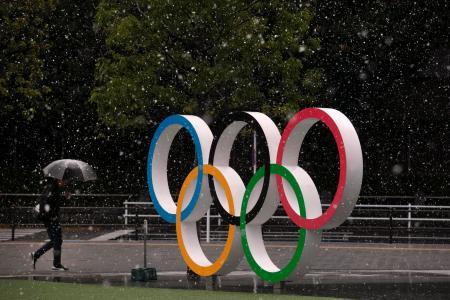 国立競技場近くに設置された五輪ロゴ=14日、東京(AP=共同)
