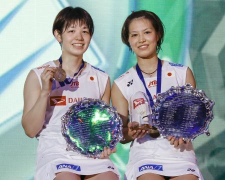 全英オープンの女子ダブルスで優勝した福島由紀(右)、広田彩花組=15日、バーミンガム(共同)