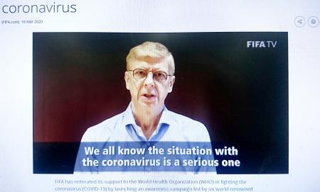 新型コロナウイルスの感染拡大防止のため、啓発動画で対策を訴えるJリーグ名古屋元監督のベンゲル氏(FIFA公式サイトから)