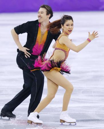 平昌五輪のフィギュア・アイスダンスで、村元哉中(右)と演技するクリス・リード=2018年2月(共同)