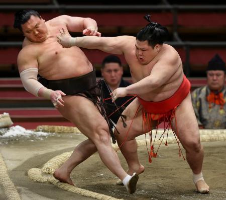 阿武咲(右)が白鵬を押し出しで破る=エディオンアリーナ大阪