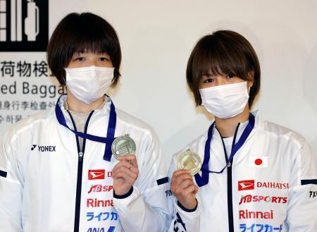 バドミントン全英オープン女子ダブルスで初優勝し、帰国後取材に応じる福島由紀(右)と広田彩花=17日午後、羽田空港