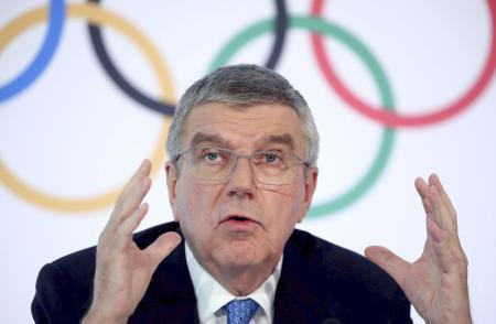 IOC理事会後に記者会見するバッハ会長=4日、ローザンヌ(ロイター=共同)