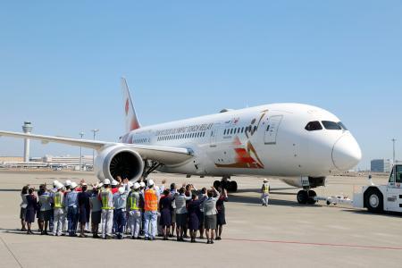東京五輪の聖火を日本へ運ぶため、ギリシャに向け出発する特別輸送機「TOKYO2020号」=18日午後、羽田空港