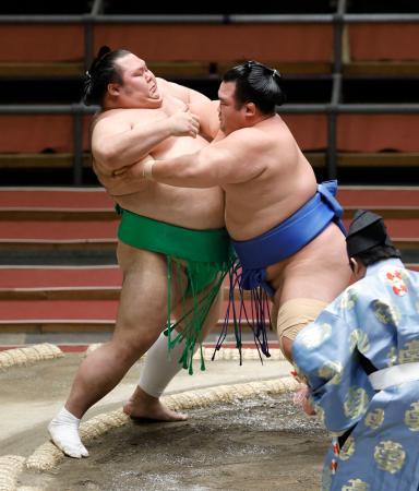 琴奨菊(右)が寄り切りで千代丸を破る=エディオンアリーナ大阪