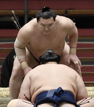 北勝富士(手前)との取り組み前、気合いの入った表情の白鵬=エディオンアリーナ大阪