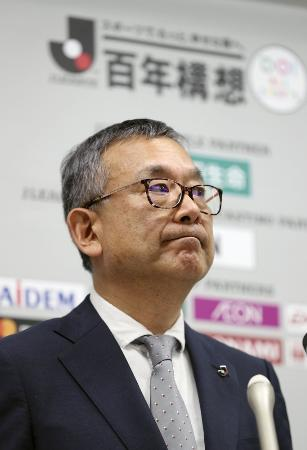 Jリーグの公式戦開催延期を発表する村井満チェアマン=2月25日午後、東京都文京区