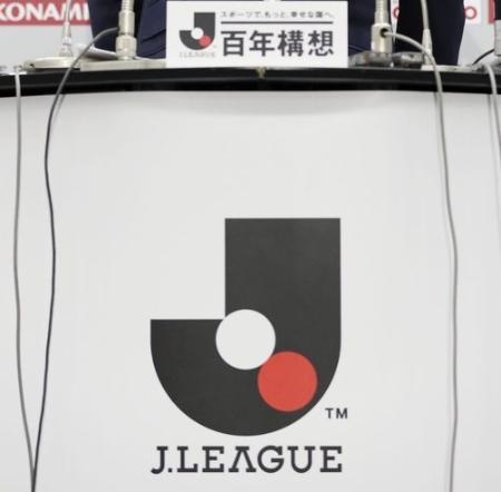 記者会見で掲示されたJリーグのロゴ=2月、東京