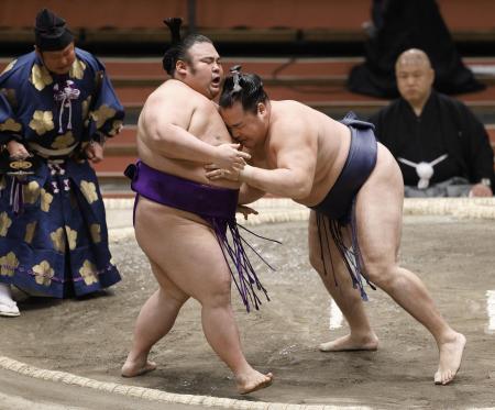 鶴竜(右)が寄り切りで貴景勝を下す=エディオンアリーナ大阪