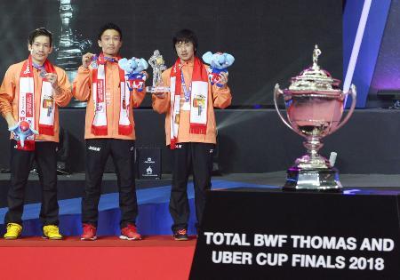 2018年の男子トマス杯で準優勝し、表彰式で銀メダルを手にする桃田(中央)ら日本男子=2018年5月、バンコク