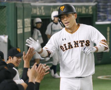 DeNAとの練習試合の3回、本塁打を放ちナインに迎えられる巨人・大城=東京ドーム