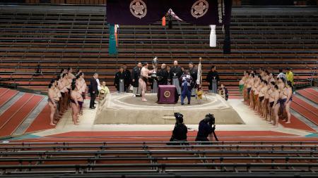 新型コロナウイルスの影響により、無観客で開催された大相撲春場所の表彰式。白鵬が44度目の優勝を果たし、賜杯を手にした=22日、エディオンアリーナ大阪