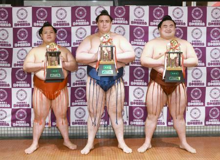 三賞を受賞した(左から)殊勲賞の阿武咲、技能賞の碧山、敢闘賞の隆の勝=エディオンアリーナ大阪(代表撮影)