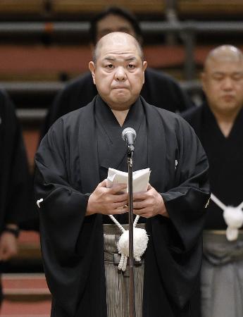 全取組終了後、協会あいさつをする日本相撲協会の八角理事長=22日、エディオンアリーナ大阪
