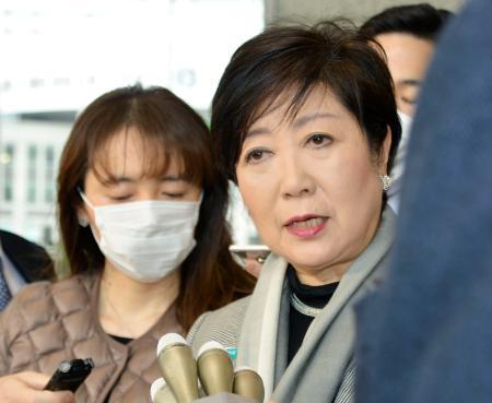 東京五輪の延期を含むIOC新方針について取材に応じる小池百合子知事=23日午前、都庁
