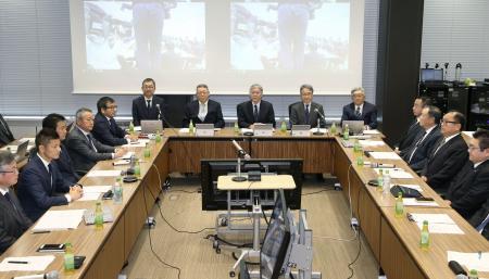 プロ野球とサッカーのJリーグが設置した「新型コロナウイルス対策連絡会議」の第4回会議=23日午前、東京都港区(代表撮影)