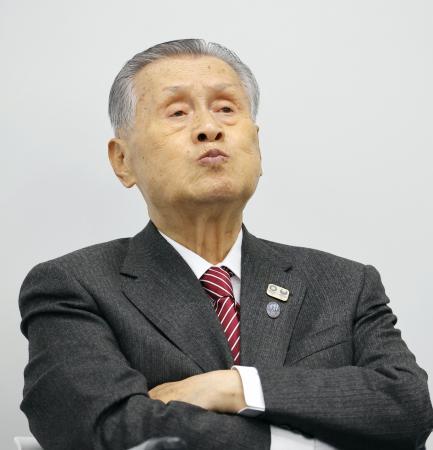 IOCが大会の延期を含めて検討する新方針を発表したことを受け、記者会見で厳しい表情を見せる2020年東京五輪・パラリンピック組織委員会の森喜朗会長=23日午後、東京都中央区