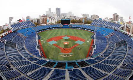改修を終えた横浜スタジアム。左上が新設された「ウィング席」=23日、横浜市
