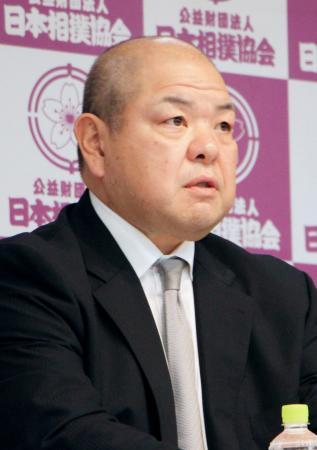 続投が決まり、記者会見する日本相撲協会の八角理事長=23日午後、東京・両国国技館