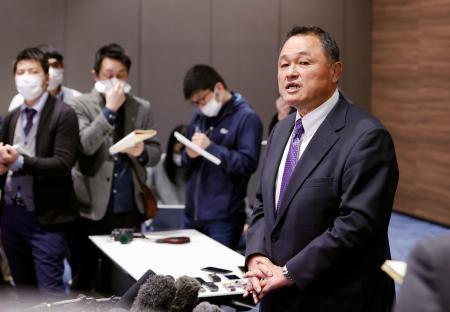 東京五輪の延期について取材に応じるJOCの山下泰裕会長=23日午後、東京都新宿区