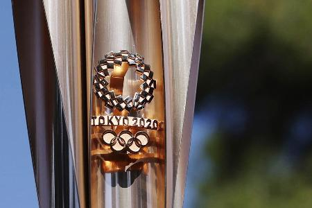 聖火リレーのトーチに施された東京五輪のロゴマーク=12日、ギリシャ・オリンピア(共同)