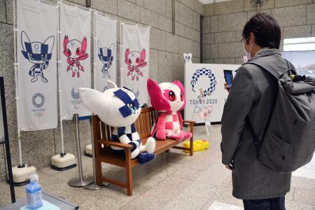 五輪・パラリンピックのカウントダウンボードが撤去された東京都庁内のPRコーナー=25日午前