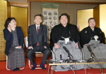 大関昇進の伝達式を終え、記者会見する朝乃山。右端は高砂親方、左側は父の石橋靖さんと母の佳美さん=25日午前、大阪市の高砂部屋宿舎(代表撮影)