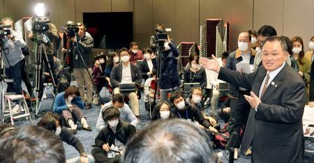東京五輪の延期決定から一夜明け、取材に応じるJOCの山下泰裕会長(右端)=25日午前、東京都新宿区