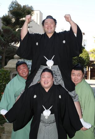 若手力士らに担がれ笑顔を見せる朝乃山=25日午前、大阪市の高砂部屋宿舎(代表撮影)