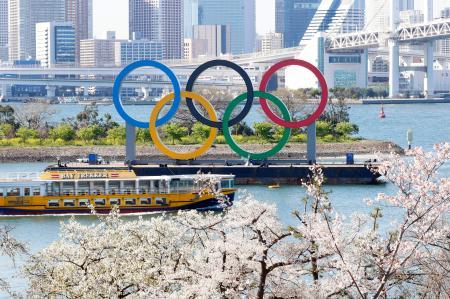 桜が見頃を迎えた東京・お台場の五輪マーク=25日午後