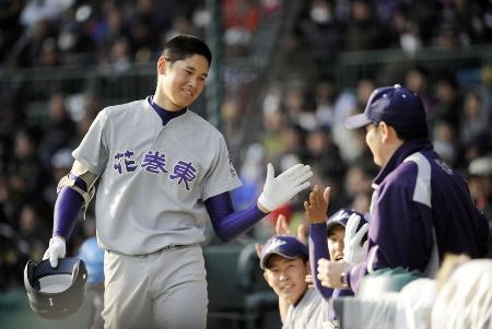 甲子園で本塁打を放った花巻東の大谷選手=2012年