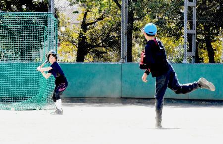 開放されたグラウンドで野球をする子どもたち=21日、川崎市麻生区