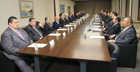 両国国技館で開かれた日本相撲協会の理事会=26日(代表撮影)
