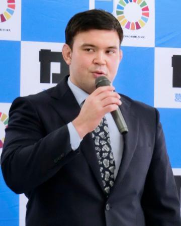 東京都葛飾区長を表敬訪問し、あいさつする柔道男子100キロ級代表のウルフ・アロン=26日