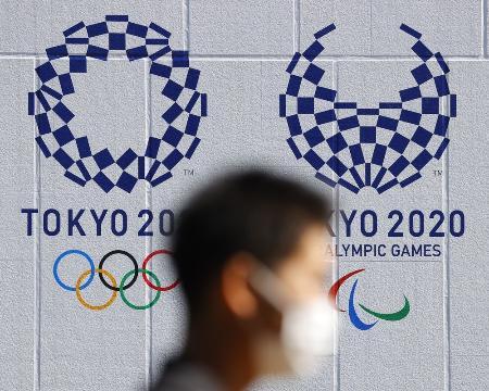 東京五輪(左)とパラリンピックのエンブレム