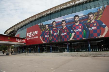 人けのないバルセロナの本拠地スタジアム「カンプ・ノウ」の前=13日、バルセロナ(ゲッティ=共同)