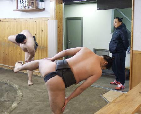 朝稽古で力士を見守る荒汐親方(右)=東京都中央区の荒汐部屋