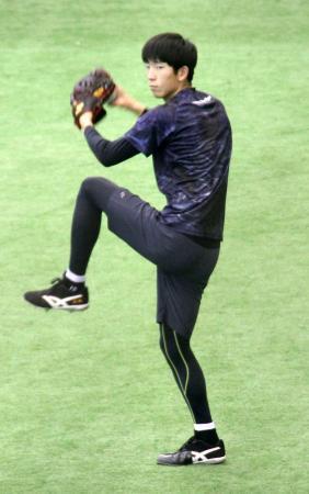 キャッチボールする巨人・戸郷=川崎市のジャイアンツ球場