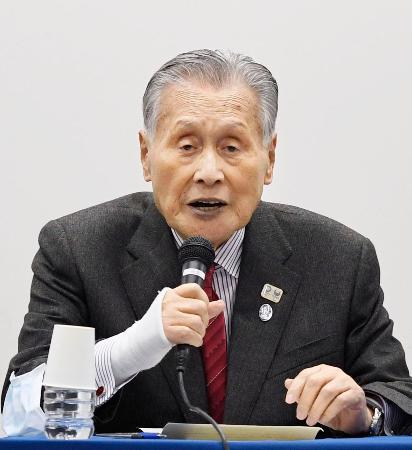 東京五輪・パラリンピックの新たな大会日程が決まり、記者会見する組織委の森喜朗会長=30日夜、東京都中央区