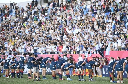 W杯日本大会で、アルゼンチン戦後にスタンドの歓声におじぎで応える米国フィフティーン=2019年10月、熊谷ラグビー場