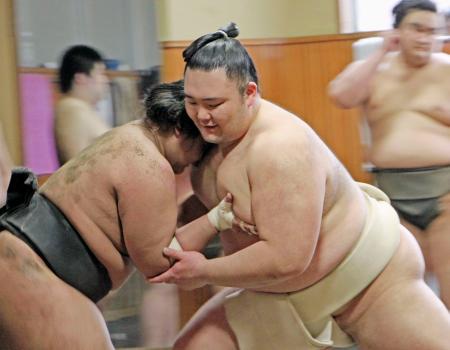 ぶつかり稽古で胸を出す新大関朝乃山(右)=東京都墨田区の高砂部屋