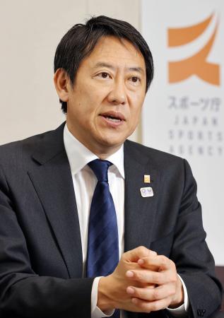 インタビューに答えるスポーツ庁の鈴木大地長官