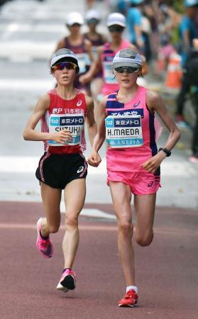 昨年9月の東京五輪マラソン代表選考会で競り合う鈴木亜由子(左)と前田穂南=東京都内